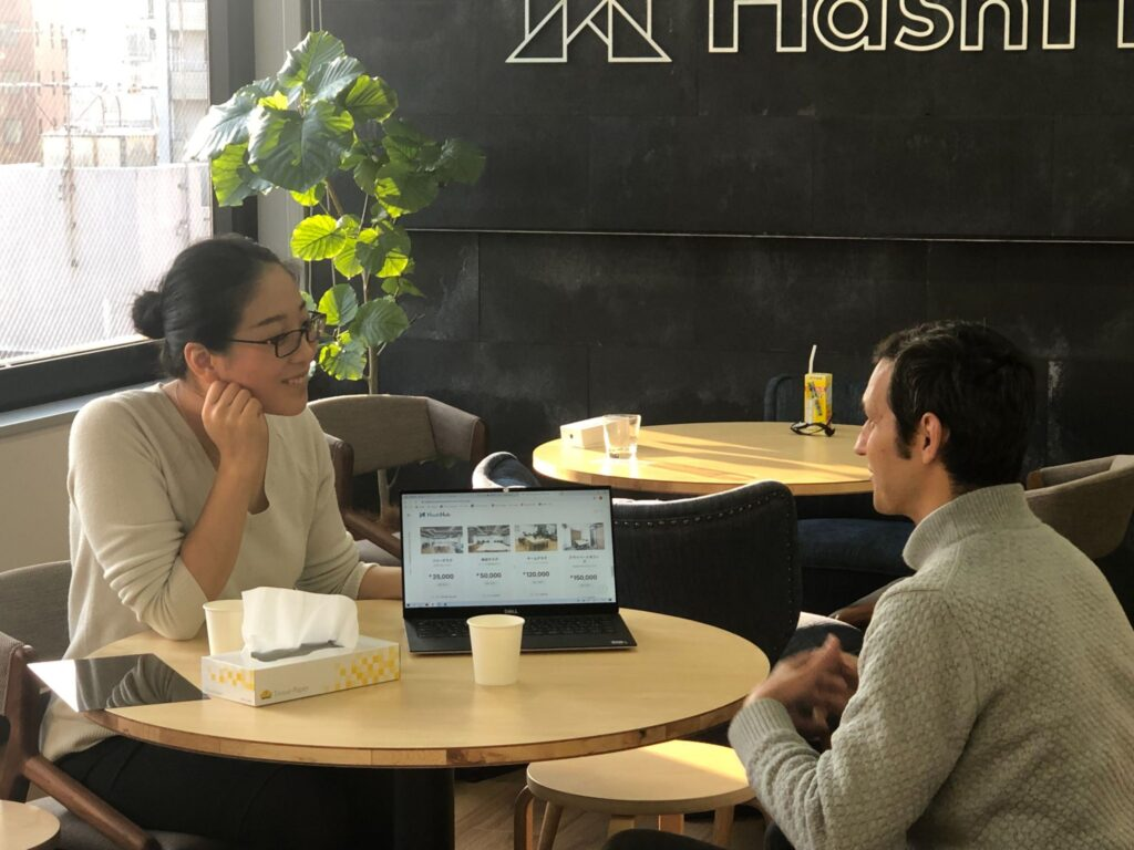 Yoriko Beal talks with a client in HashHub headquarters.