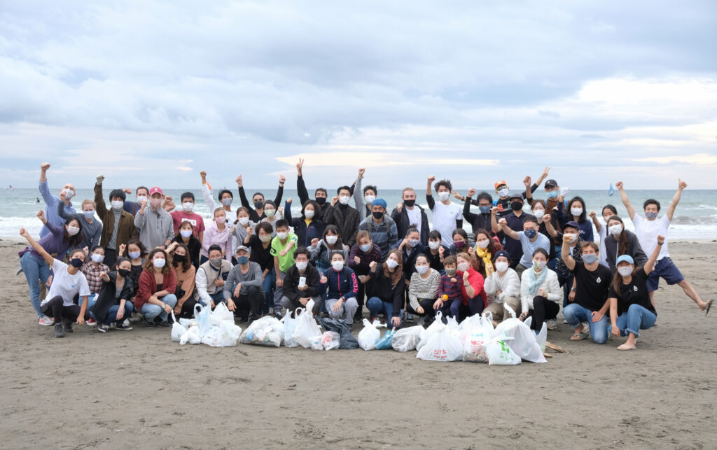 The large group of mymizu staff and users after a beach clean